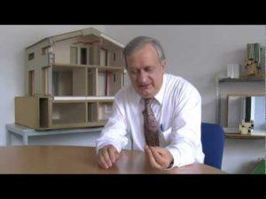 Wolfgang Feist explicando la casa passivhaus en Passiv Passion